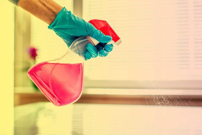 Vous allez nettoyer plus souvent si les produits sont à portée de main.