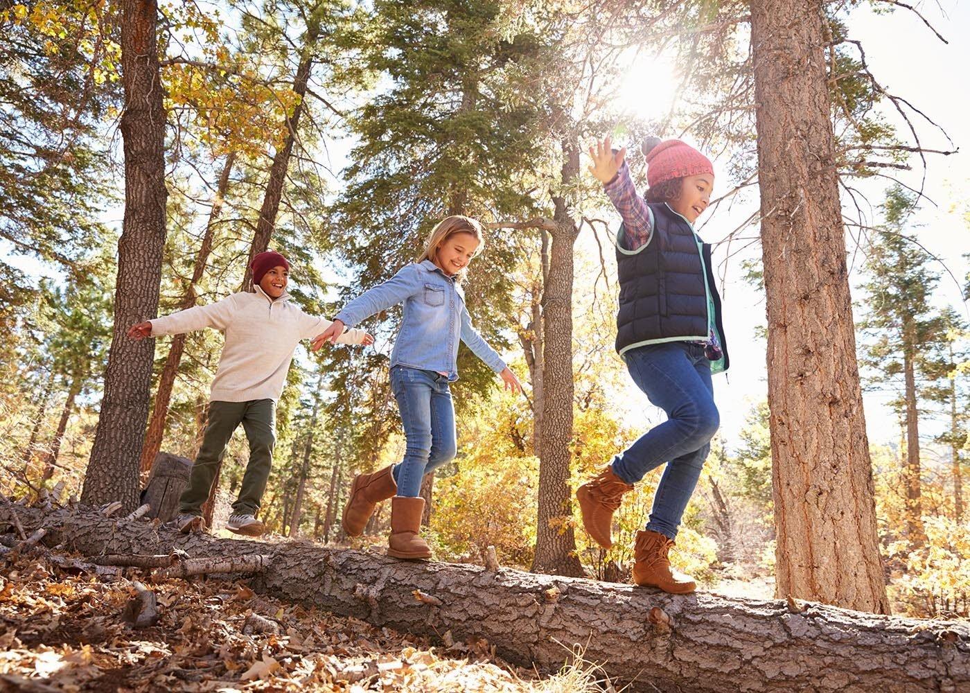 Une chasse aux trésors est une activité à faire en famille pour inciter les enfants à jouer dehors.