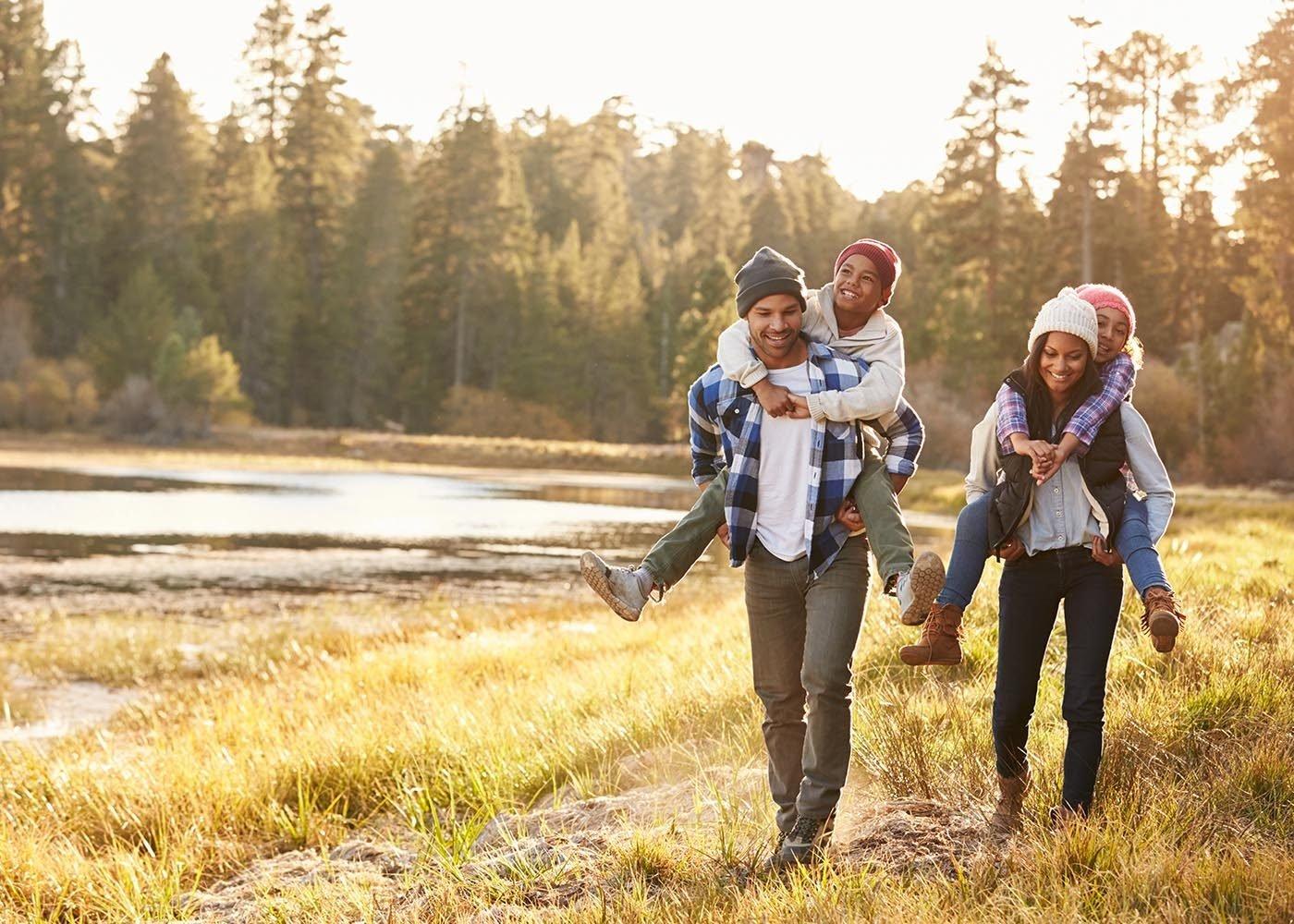 Une promenade est une bonne idée d'activité à faire en famille.