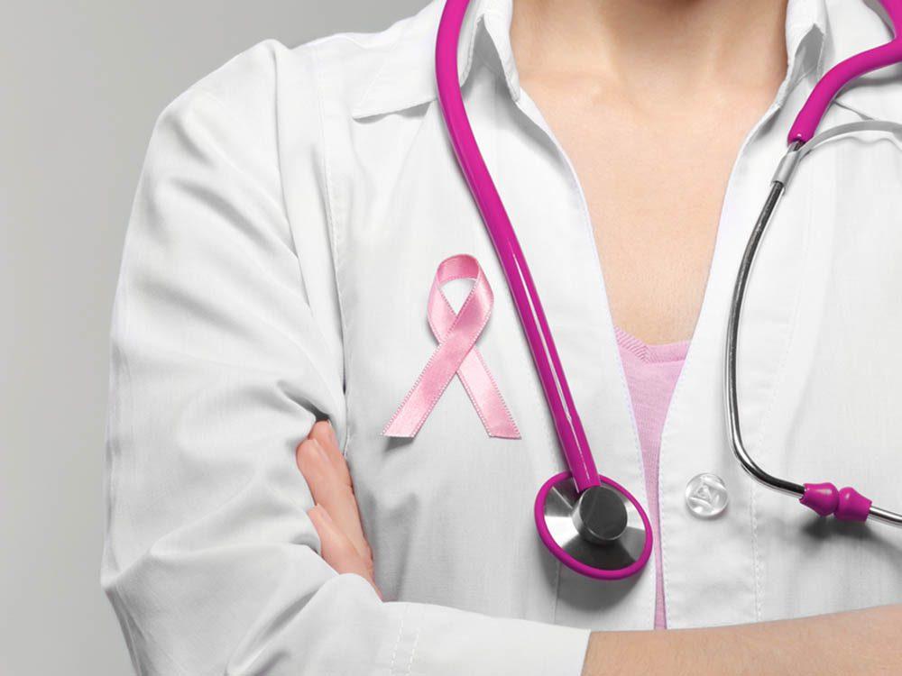 Symptômes du cancer du sein: présence de croûtes sur les mamelons.