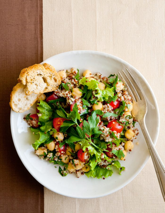 Collation santé: salade de quinoa.