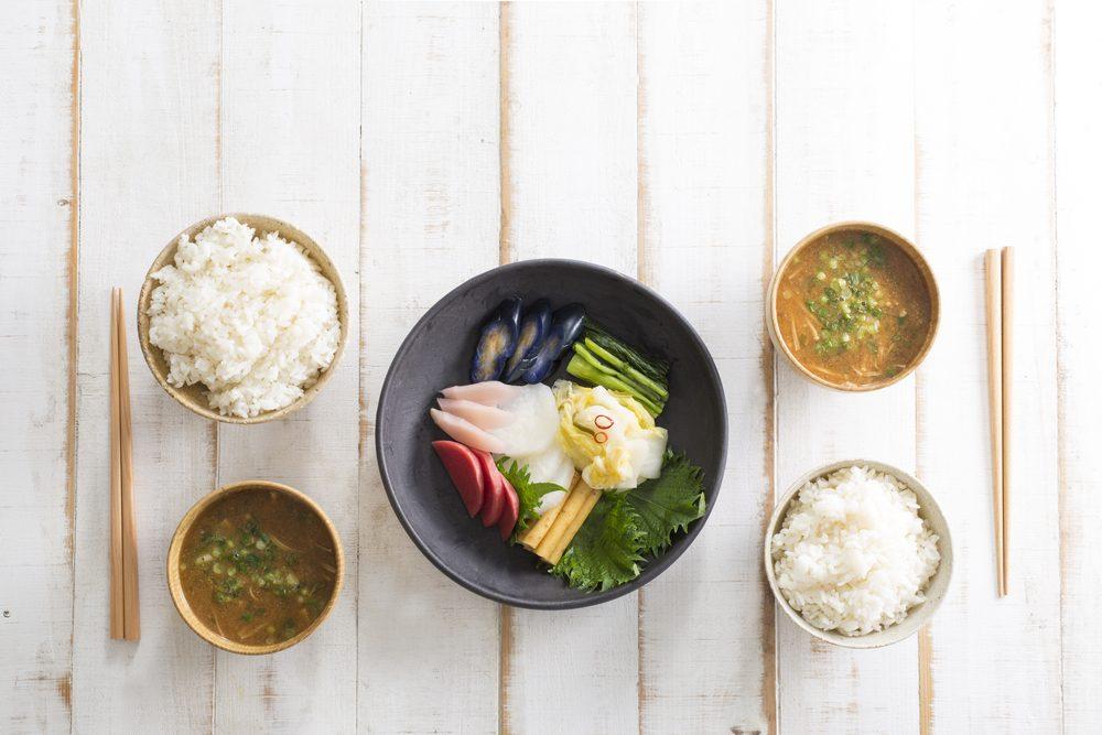 Déjeuner traditionnel au Japon: riz, soupe miso et poisson.