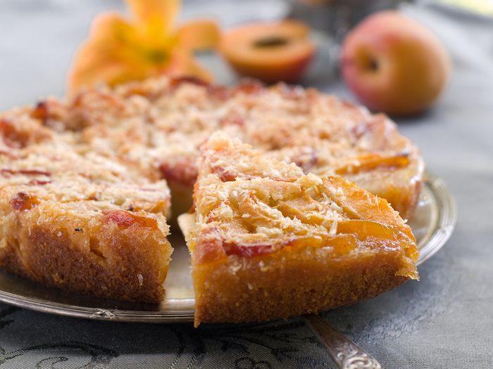 Un gâteau à l'avoine et aux abricots