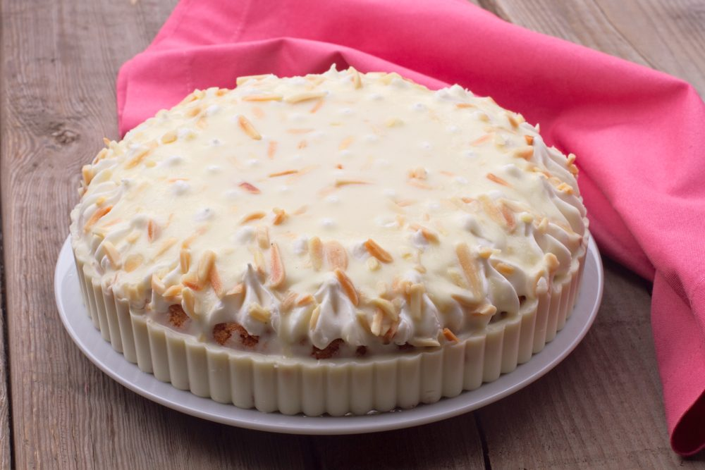 Une recette de gâteau étagé aux canneberges et Chantilly
