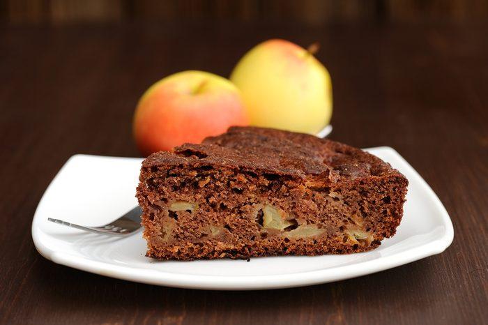 Un gâteau au chocolat et aux pommes