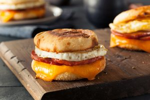 Recette déjeuner: oeufs, bacon et poivron grillé sur muffins anglais