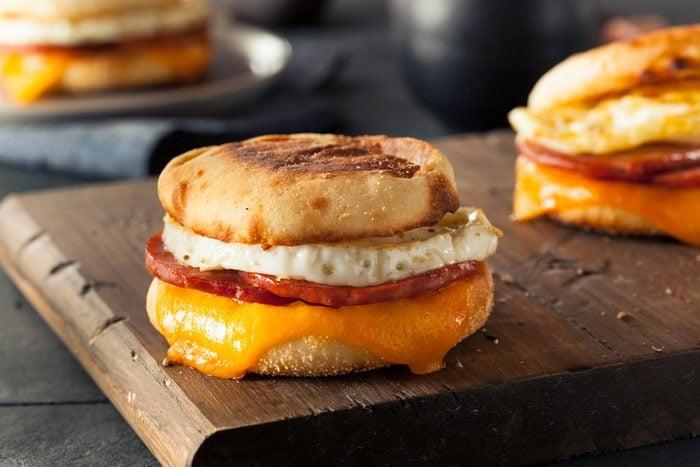Une recette de déjeuner sur muffin anglais santé.
