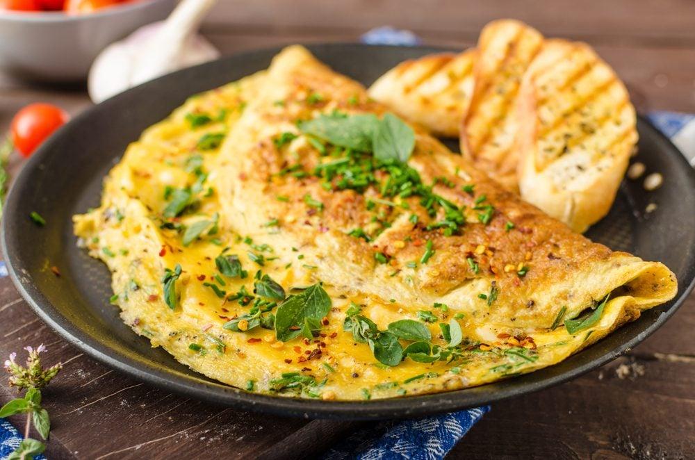 Une recette d'omelette au cresson et gruyère