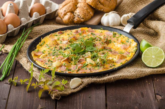 Une omelette au four au jambon.