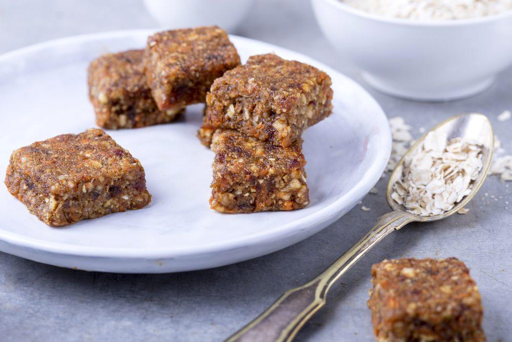 Une recette de barres de grains entiers crues pour perdre du poids au déjeuner