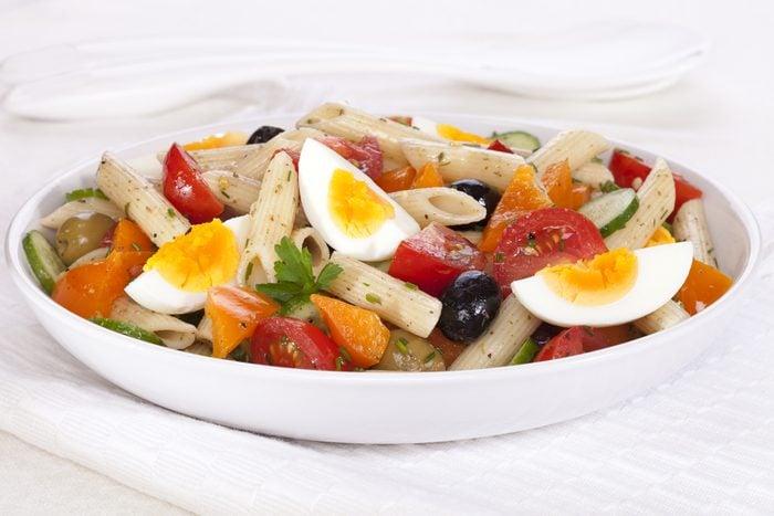 Une recette de salade de pâtes avec oeufs.