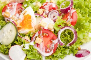 Salade verte à la vinaigrette aux œufs
