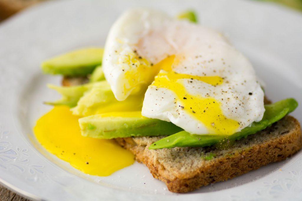 Favorisez un déjeuner protéiné et non sucré après avoir mangé trop de sucre.