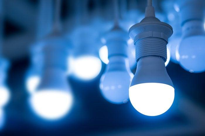Économisez avec les meilleurs trucs et astuces: utilisez des ampoules DEL.