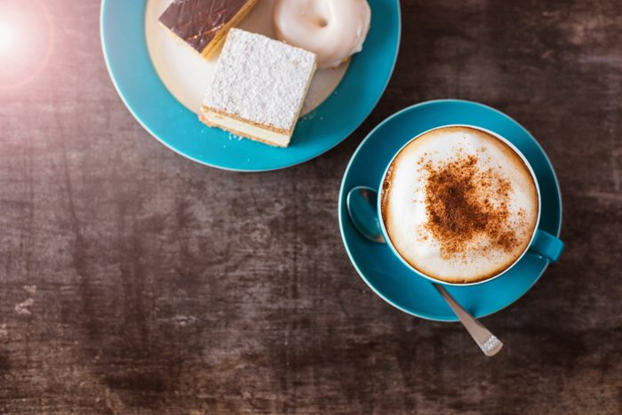 Économiser, les meilleurs trucs et astuces: préparez votre café à la maison.