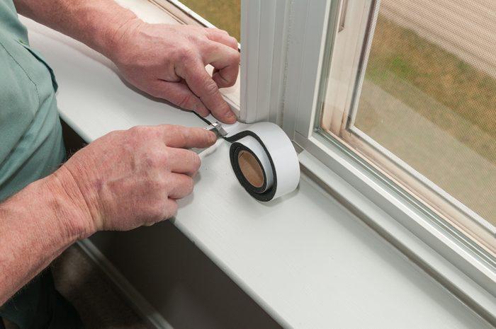 Économiser, les meilleurs trucs et astuces: isolez les fenêtres et la maison.