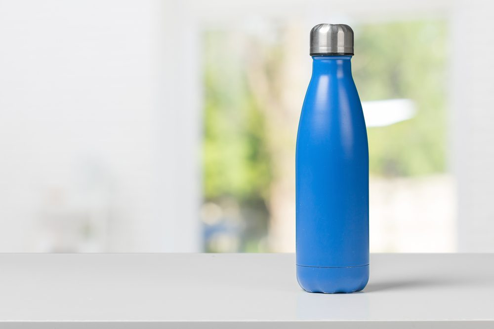 Optez pour l'eau en bouteille réutilisable pour économiser gros.