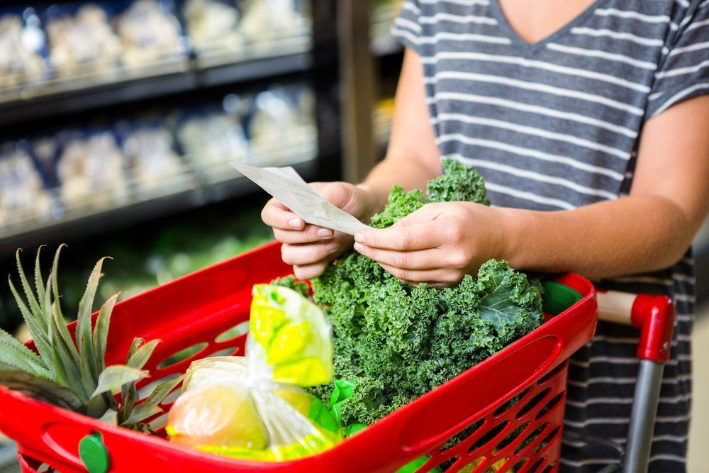 Économiser, les meilleurs trucs et astuces: préparez une liste d'épicerie.