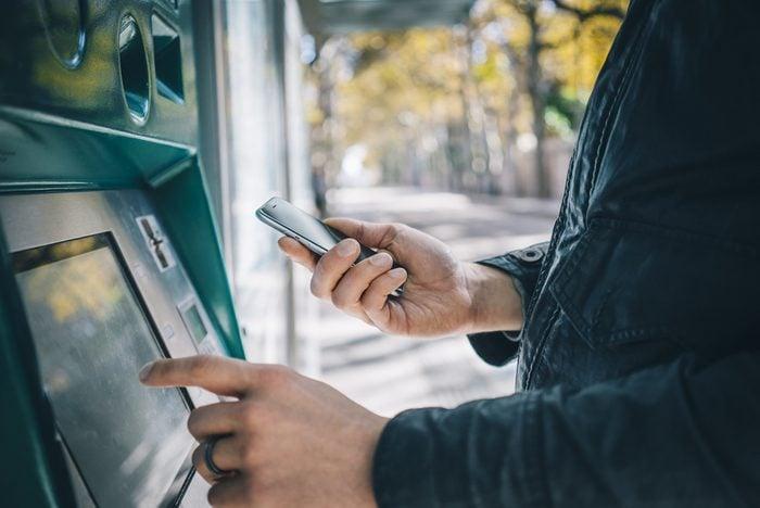 Planifiez vos retraits au guichet automatique pour économiser.