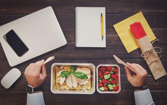 Économisez avec les meilleurs trucs et astuces: apportez votre lunch au travail.