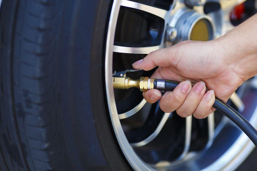 Économiser, les meilleurs trucs et astuces: vérifiez la pression de vos pneus.