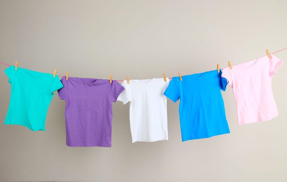 Économiser, les meilleurs trucs et astuces: Évitez la sécheuse et faites sécher vos vêtements à l'air ambiant.