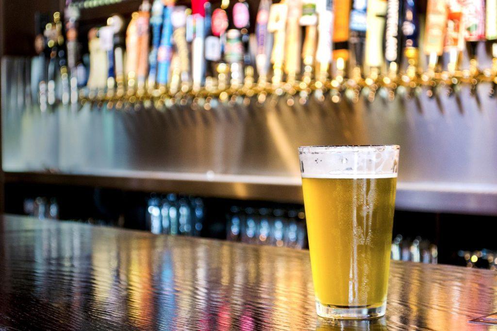Passer moins de temps dans les bars et essayer d'orienter votre vie sociale vers les endroits où il n'y a pas d'alcool.