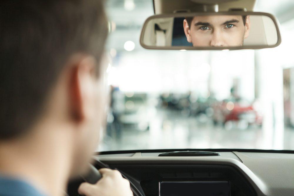 Si une voiture arrive vite derrière vous, levez le pied du frein our limiter l'impact si elle vous percute.