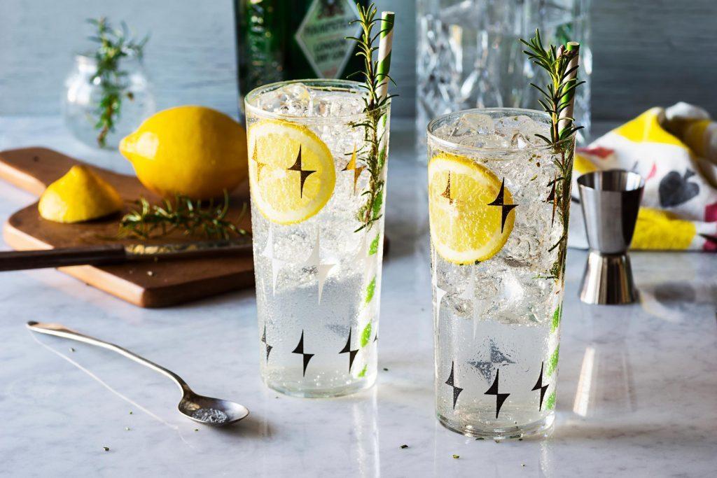 Couper vos boissons alcoolisées d'eau de Seltz ou d'eau gazeuse réduit votre consommation d'alcool.