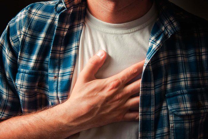 Des douleurs à la poitrine peuvent indiquer un lupus.