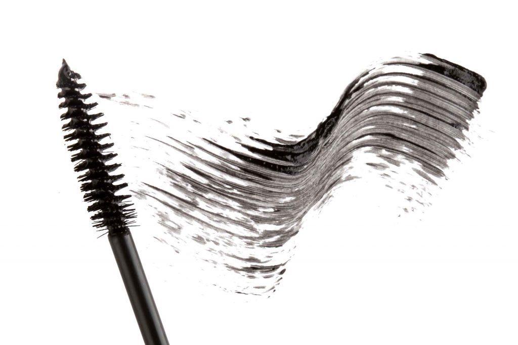 Changer votre mascara régulièrement afin d'éviter les grumeaux dans vos cils.