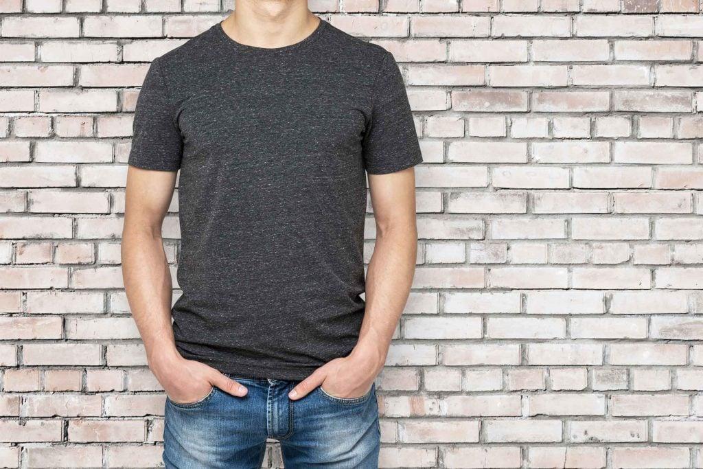 Truc d'hygiène pour hommes: porter des vêtement de coton qui respirent bien vous permettra d'éviter les mauvaises odeurs corporelles.