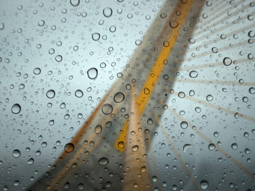 Si votre voiture est submergée par les flots tentez d'ouvrir la portière, la fenêtre ou briser une vitre le plus rapidement possible.