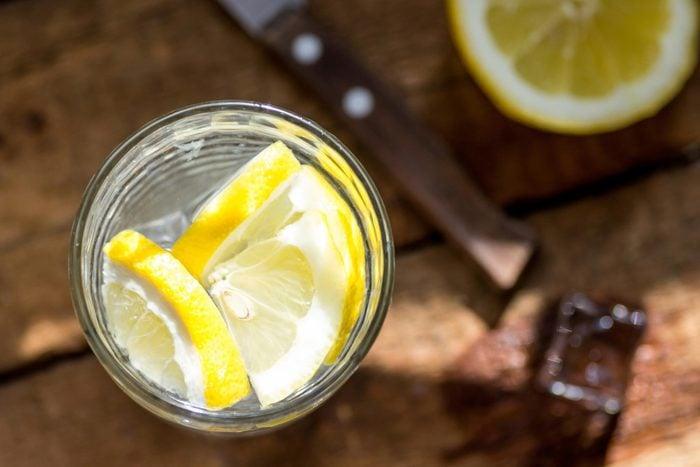 Boire un verre d'eau avant et après chaque verre d'alcool vous aidera à diminuer votre consommation d'alcool.