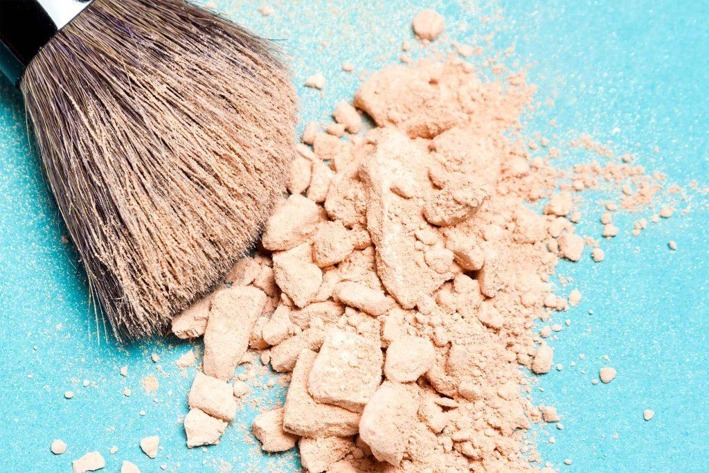 Utilisez un correcteur en poudre autour de vos yeux pour empêcher les pigments de votre mascara de baver.