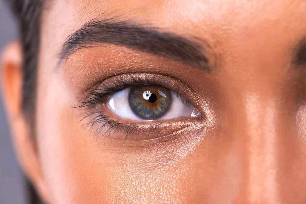 Maquillez vos sourcils afin que votre maquillage n'ait pas l'air inachevé.