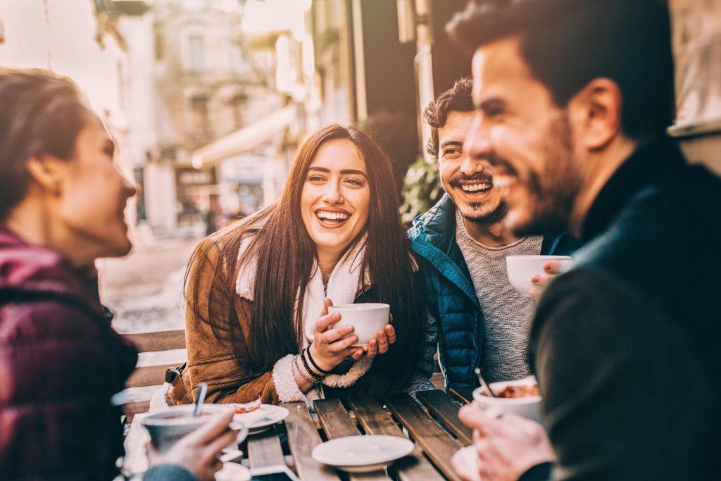 En avertissant vos amis que vous tentez de diminuer votre consommation d'alcool, vous éviterez d'être sollicité par eux.