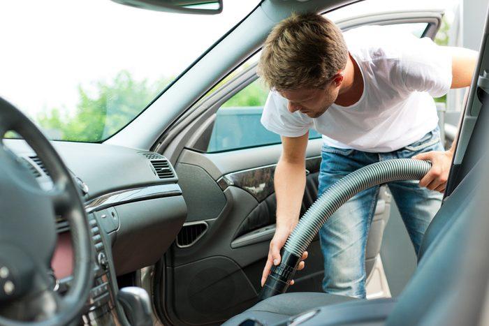 Le vinaigre et le bicarbonate de soude sont d'excellents moyen de chasser les odeurs dans votre voiture.