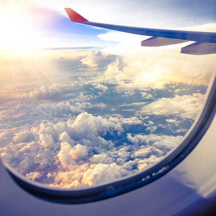 En cas d'écrasement d'avion, les places les plus sures dans l'avion sont juste derrière les ailes.