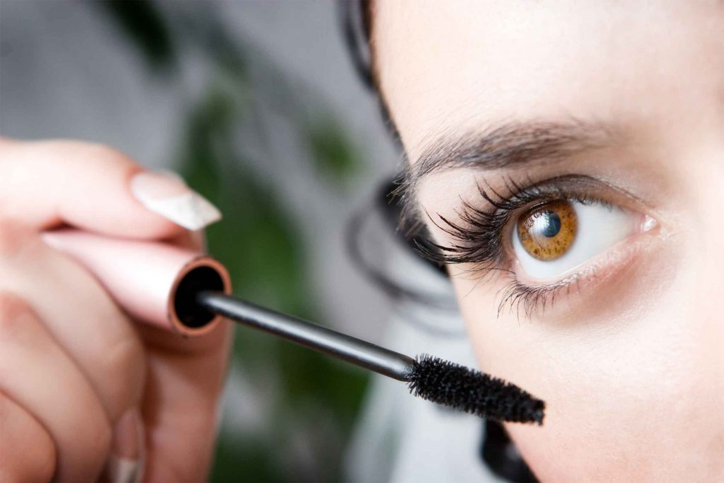 Astuce maquillage: nettoyer votre brosse de mascara pour éviter les grumeaux dans les cils.