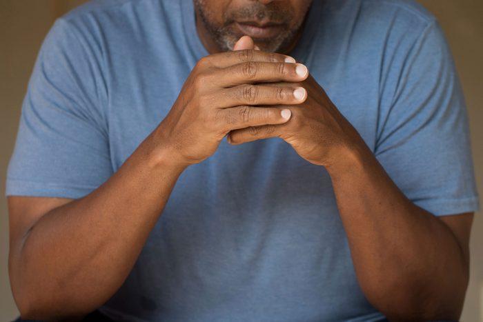 Signe du cancer testiculaire: une lourdeur dans le scrotum peut indiquer un cancer des testicules.
