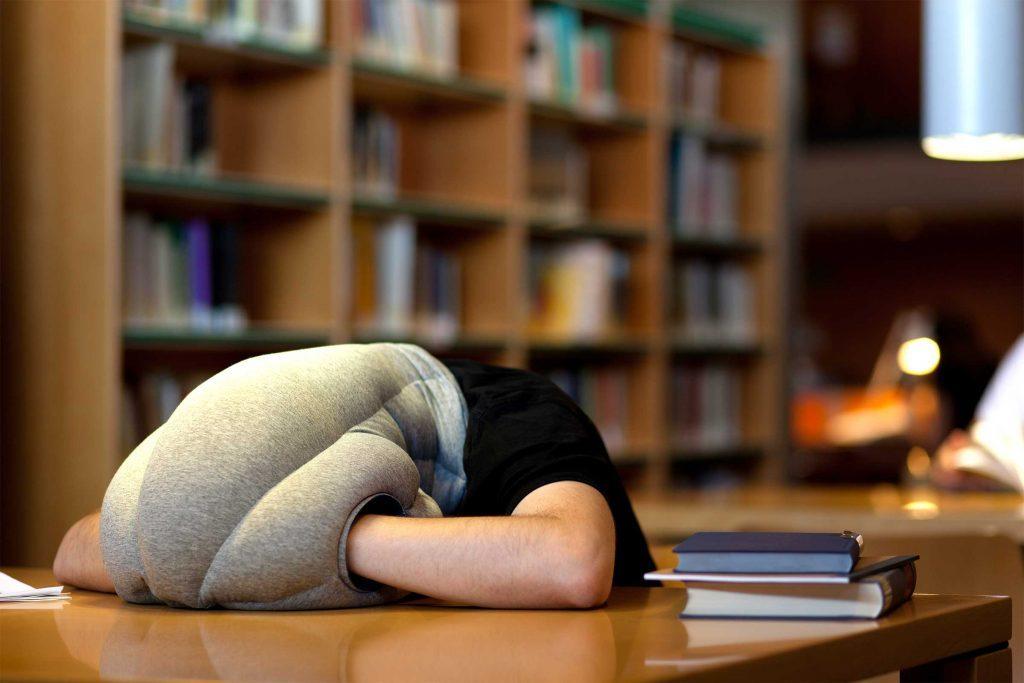 Pour dormir n'importe où, essayez l'oreiller portatif.
