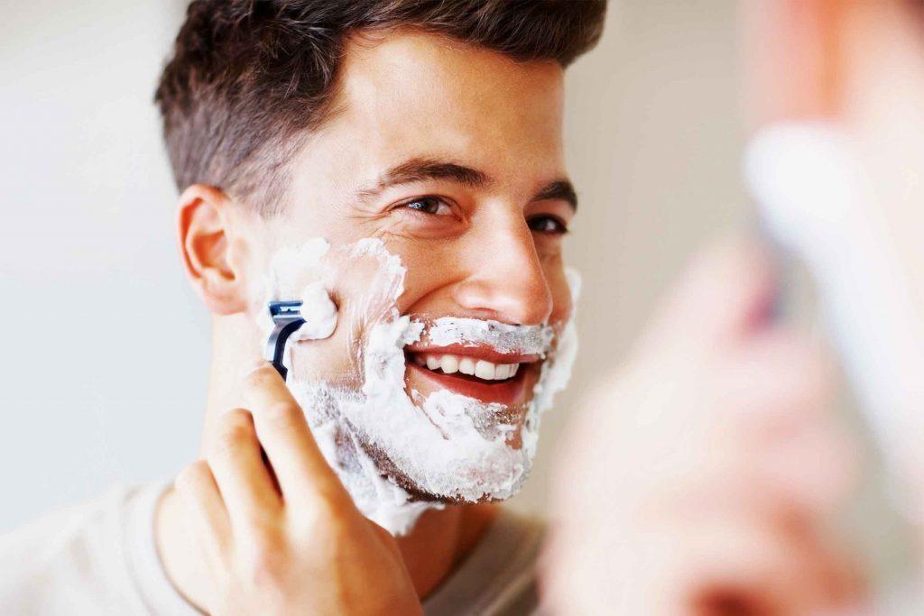 Conseil d'hygiène pour hommes: entretenez sons rasoir pour éviter l'oxydation qui émousse les lames en utilisant de l'huile minérale.
