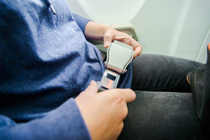 Attachez votre ceinture et repliez-vous sur vos genoux en cas d'accident d'avion.