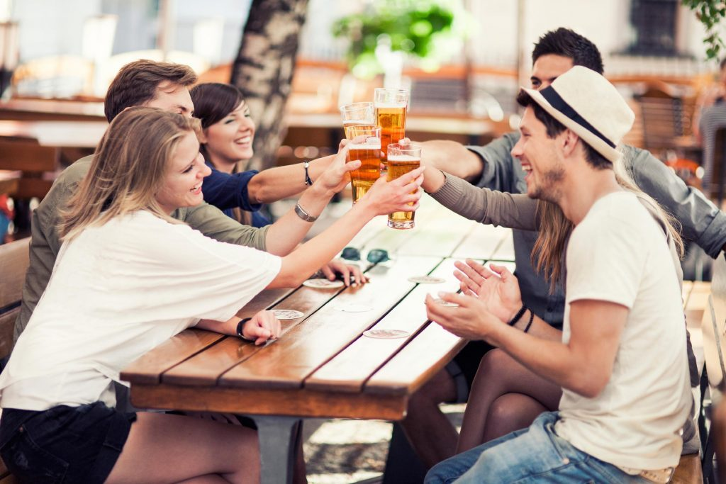 Se fixer la règle de ne pas boire seul peut aider à diminuer la consommation d'alcool.