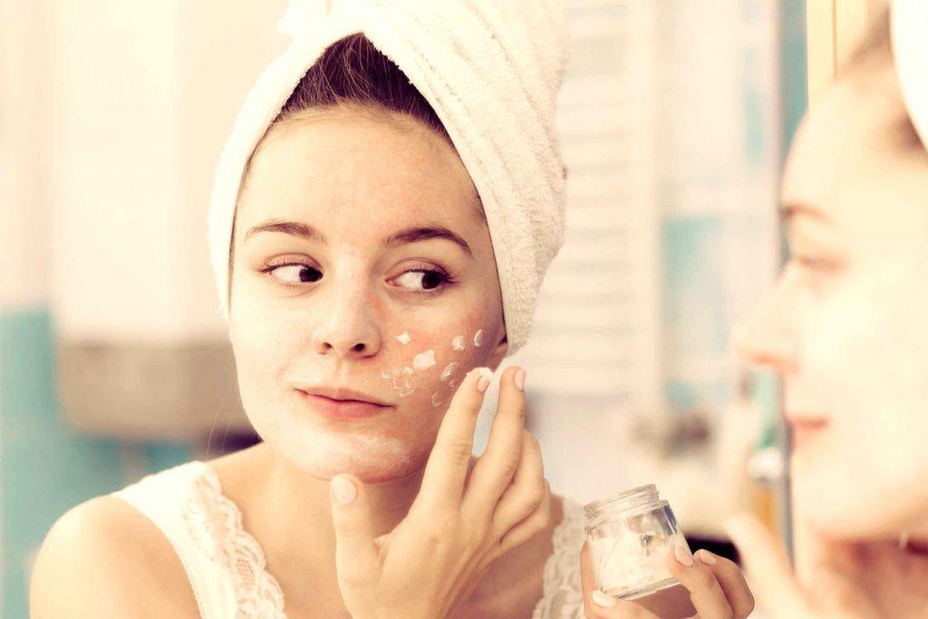 Conseil maquillage: n'abusez pas de la crème hydratante avant de vous maquiller.