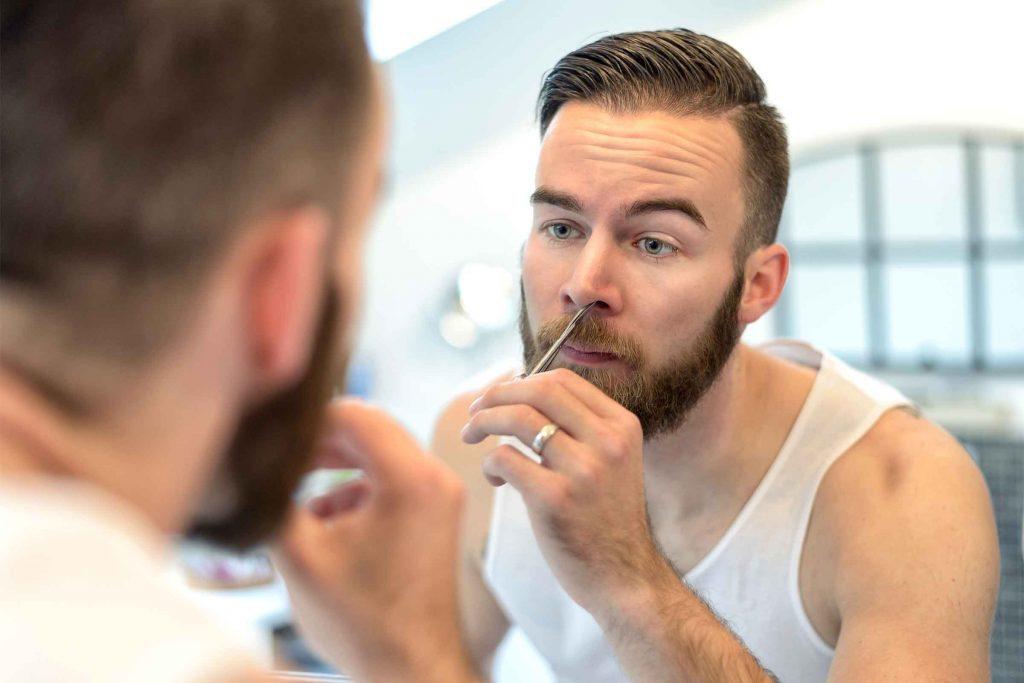 Conseil d'hygiène pour hommes: ne négligez pas de tailler ou épiler les poils de votre nez, vos oreilles et votre dos.