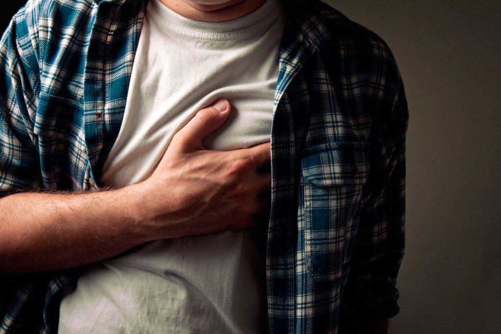 Les mamelons sensibles est un signe de cancer de testicules.