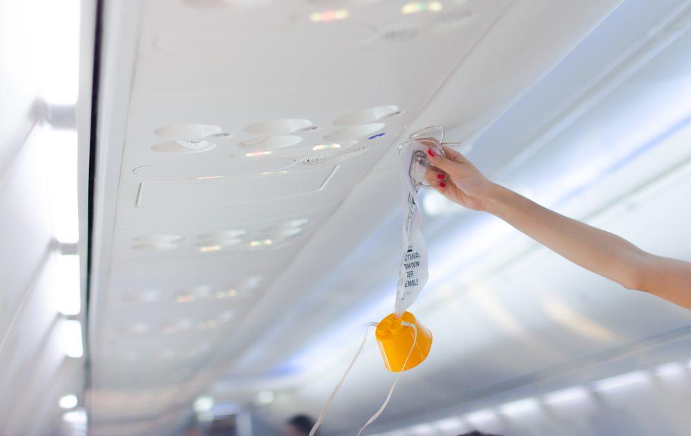 La première chose à faire en cas d'écrasement d'avion est de mettre le masque à oxygène.