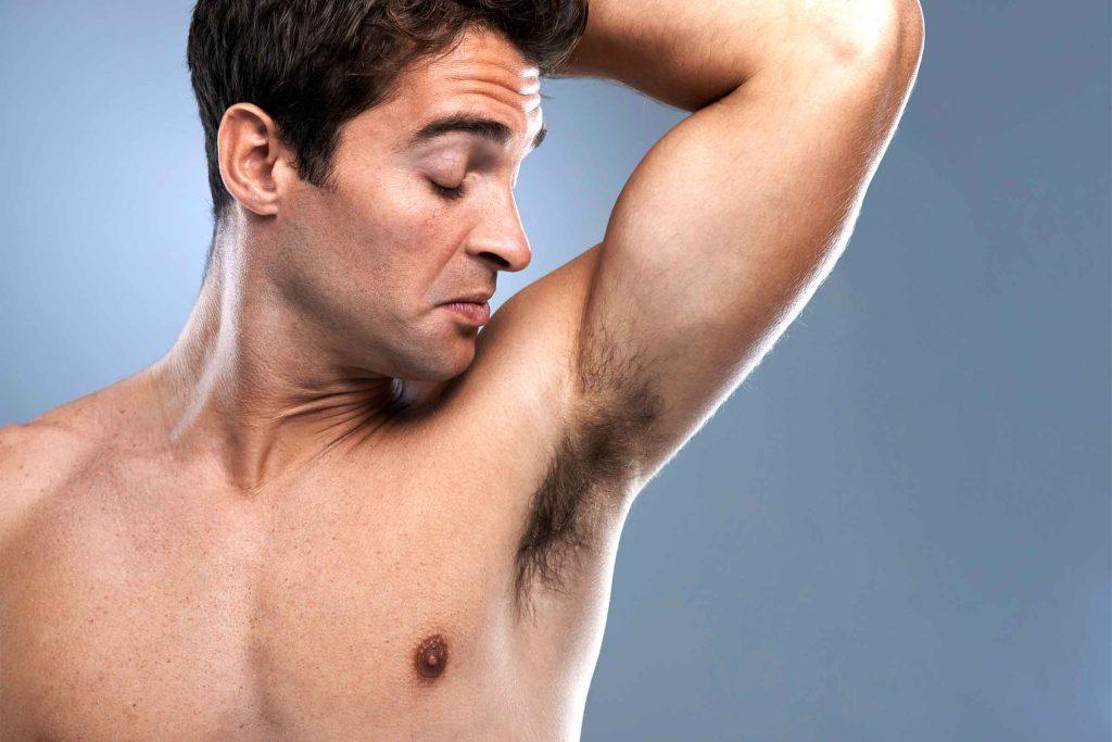 Conseil d'hygiène pour hommes: pour éviter les mauvaises odeurs l'été, rasez-vous les aisselles.